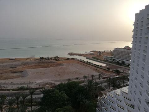 Вид на Мёртвое море из одной из гостиниц курорта Эйн Бокек