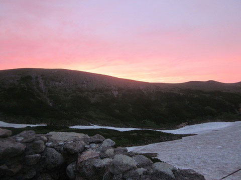 <画像は、2013年8月白雲岳の避難小屋から見た日の出です>