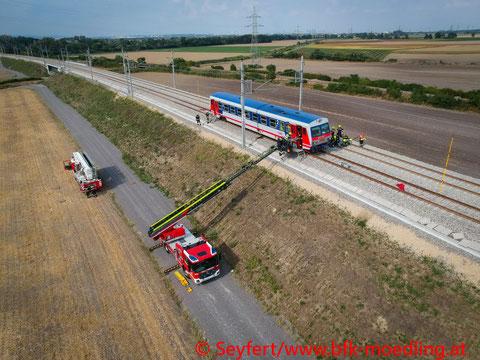 Feuerwehr, Blaulicht, BFKDO Mödling, Übung, Personenrettung aus Zug, Zug, Schienen, Achau