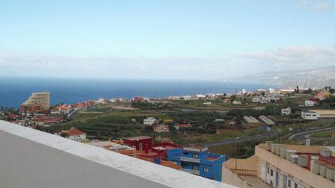 Meerblick von der Terrasse über Puerto de la Cruz auf Teneriffa.