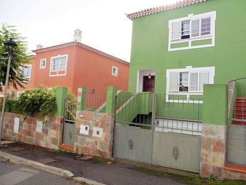 Blick auf das grün gestrichene Haus von der Strasse vor dem Haus