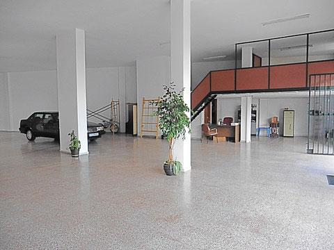 Heller und großzügiger Geschäftsraum für ein Autohaus.