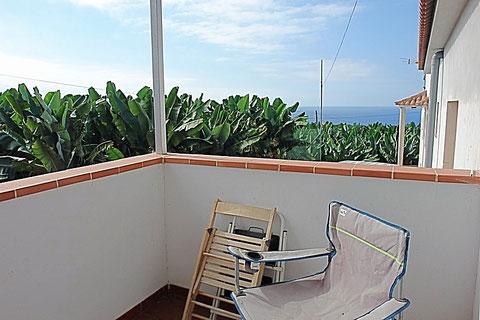 Balcon mit Meerblick über eine Bananenplantage hinweg.