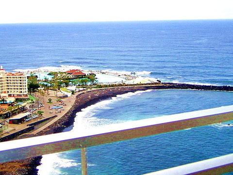 Auf dem Bild sieht man den Ausblick auf Puerto de la Cruz und das Meer von der Terrasse des Apartment welches Langzeit gemietet werden kann. Der Link führ zur Beschreibung des Apartments.