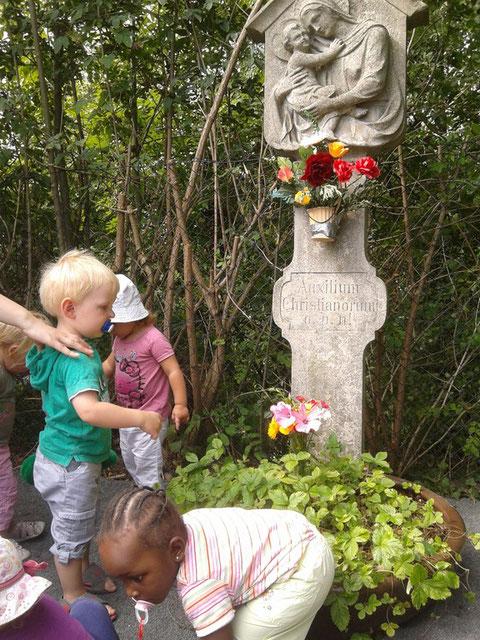 Krippengruppe besucht den Bildstock an Maria Himmelfahrt 2012 - Nähe Marienkrankenhaus