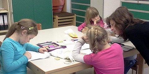 Kinder bei der Hausaufgabenhilfe in unseren neuen Sozialräumen - Herbst 2013