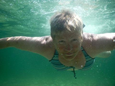 Chrissie taucht am Strand von Schleimünde