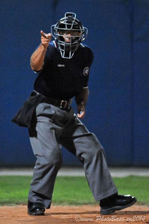 Nella foto di Lauro Bassani, l'umpire Marco Screti