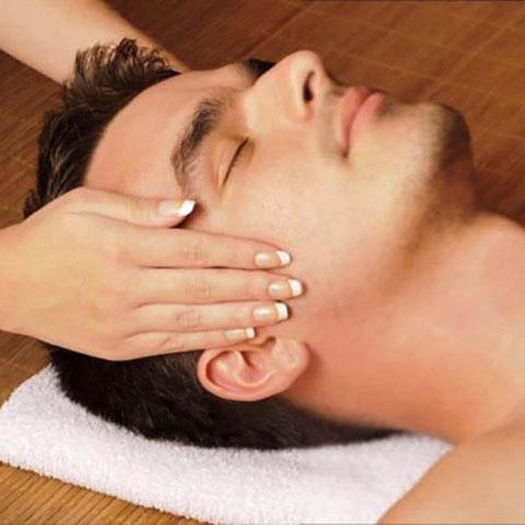 Entspannung und Gesichtspflege für den Mann