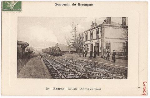 L'arrivée du train à la gare de Broons dans les années 1930.