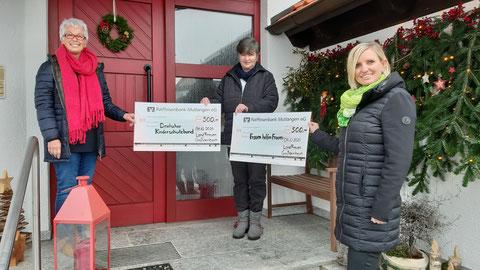 Bild mit großen Spendenschecks gehalten von  Gabi Müller, Geli Buschle und Sandra Tegas
