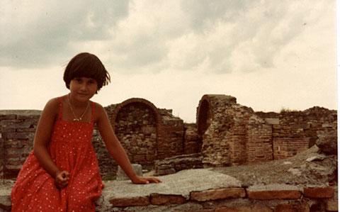 © Traudi  -  1982  -  Meine Tochter in der archäologischen Ausgrabungsstätte Histria