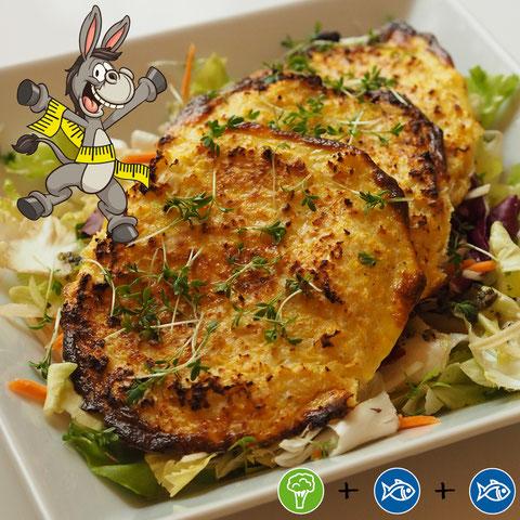 Karfiol-Käse-Puffer im Salatbett