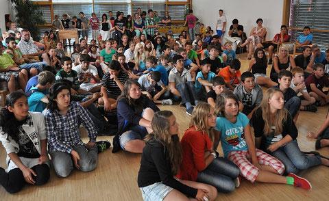 Alle Schüler warten im Bewegungsraum.