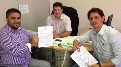Vereador Everaldo Fogaça e Secretário da Semdestur, Antônio Geraldo Afonso (segurando os documentos)