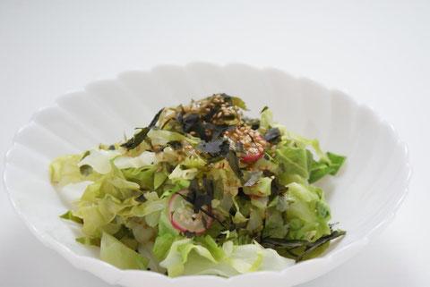初夏に美味しい新物もみわかめを使った「もみわかめとキャベツとラディッシュの和風ごまサラダ」はお勧めです