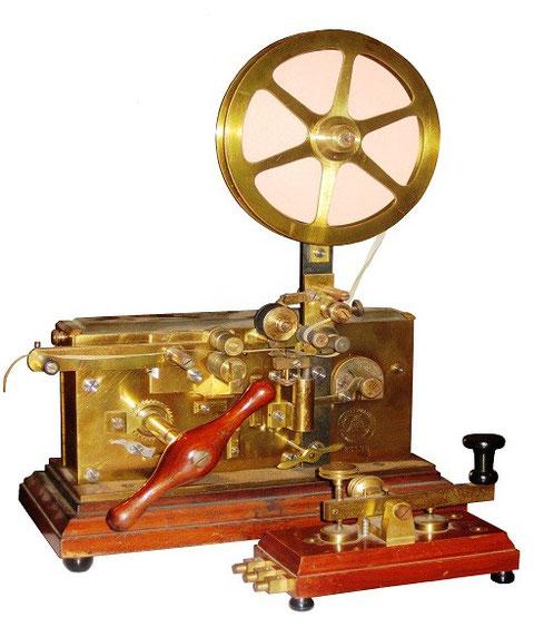 Fig. 6 - Macchina Telegrafica e tasto postale.