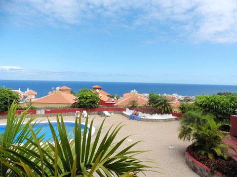 Blick aus der Ferienwohnung über den runden Pool bis zum blauen Atlantik vor Teneriffa.