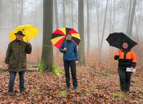 Unser Bild zeigt von links Reinhold Fabiunke, Geschäftsführer der Forstbetriebsgemeinschaft Niederaula-Haunetal, Bürgermeister Timo Lübeck und Maika-Luise Landes, HessenForst - Revierleitung Haunetal, bei einem Ortstermin im Haunetaler Gemeindewald.