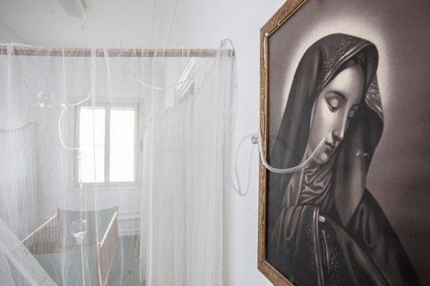 Margit Busch, Apparatus Lacrimalis oder die weinende Maria, Rauminstallation