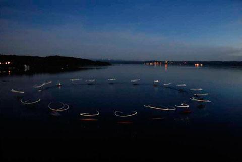 """Choreoraphie für 20 Ruderboote: """"Lichtroposophisches """"Geschehnis""""  von Robert Kessler in der Herrschinger Bucht auf dem Ammersee am 7. Mai 2009 mit 120 Mitwirkenden"""