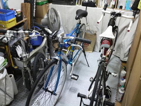 ↑ウチの自転車部屋。ギュウギュウですな。