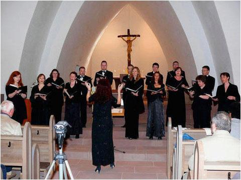In der von Architekt Dominikus Böhm geprägten Bonifatius-Kirche im Karlsteiner Ortsteil Großwelzheim sang der Johannes-Brahms-Chor unter der Leitung von Petra Weiß-Lorenz am späten Sonntagnachmittag Werke von Dominikus Böhm.