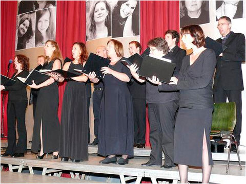 Unter dem Motto »Johannes Brahms und noch viel mehr« stand das 16. Neujahrskonzert des Johannes-Brahms-Chores Karlstein, das dieser zu seinem 20. Jubiläum in der Bayernhalle präsentierte. Foto: Doris Huhn