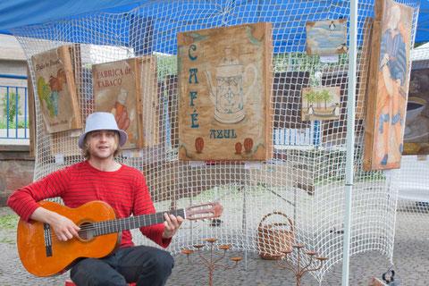 Musiker vor Verkaufsstand