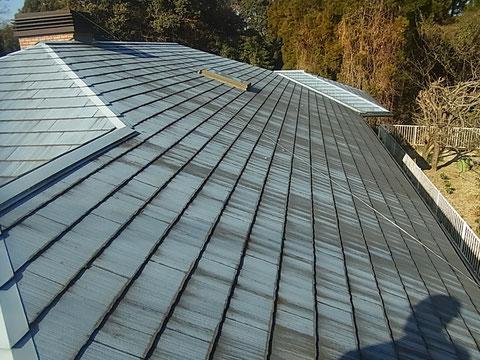 熊本Y様家のコロニアル屋根塗装前。北側の屋根にコケが発生している。