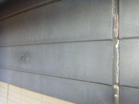 幕板塗装前のコーキング割れ状況。