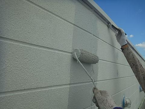 熊本市東区の〇様邸の外壁塗装中。グレーカラーを使用。