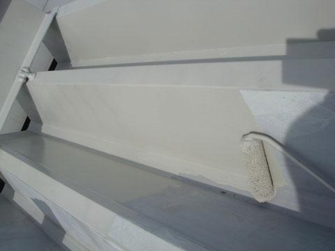 金属屋根錆止め塗装中。