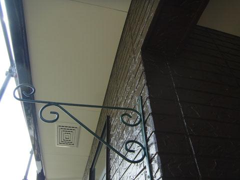 外壁塗装を下角度から撮影。キレイに仕上がりました。茶色のお家塗装。
