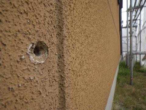 熊本〇様家の外壁補修塗装前。大きな穴が開いてます。