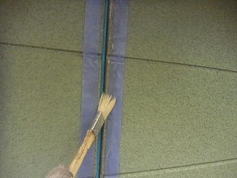 熊本T様家。外壁目地コーキングプライマーを塗装中です。
