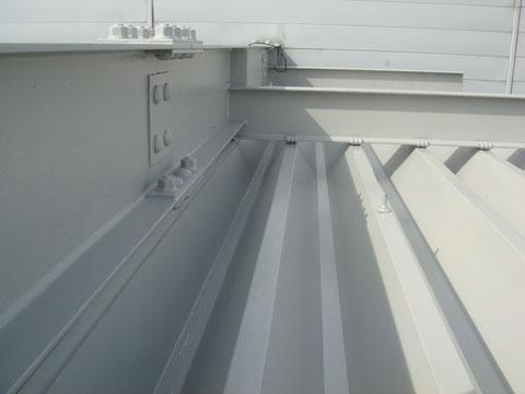 鉄骨と折板屋根の錆止め塗装完了写真。