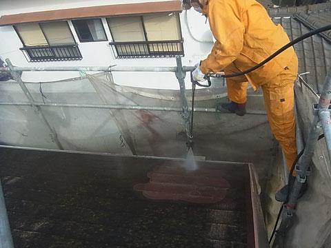 熊本T様家。コロニアル屋根のコケ除去対策としてサイクロンジェット高圧洗浄を行いました。