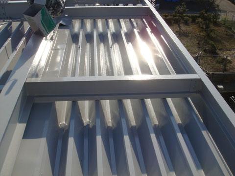 鉄骨・金属折板屋根塗り替え完成。