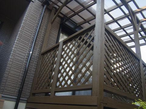 ウッドデッキの塗り替えをダークブラウンにて塗替え。熊本市I様家の木材保護塗装