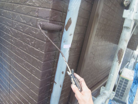 外壁中塗り塗装乾燥後、今度は外壁上塗り塗装をローラーにて行います。