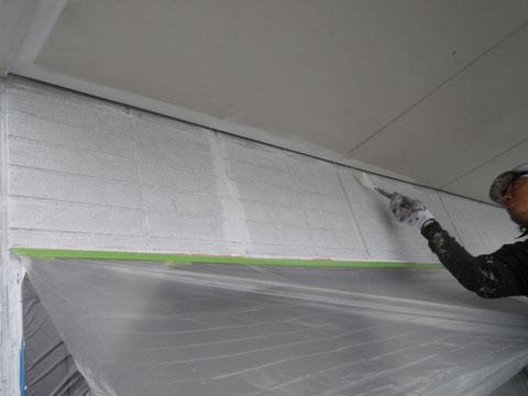 熊本市東区〇様邸外壁塗装及び屋根塗装時。 外壁プライマー塗装後、天井の塗装