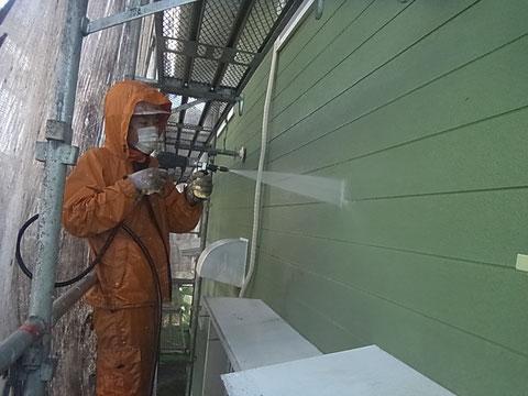熊本T様家。外壁塗装前の下地処理、高圧洗浄中!オレンジカッパの岩津彬 撮影神田いぶき