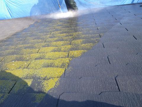熊本市のコロニアル屋根に生えたコケを除去している様子。高圧サイクロンジェット洗浄