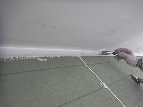 軒天の塗り替えを防カビ塗料にてローラー仕上げ