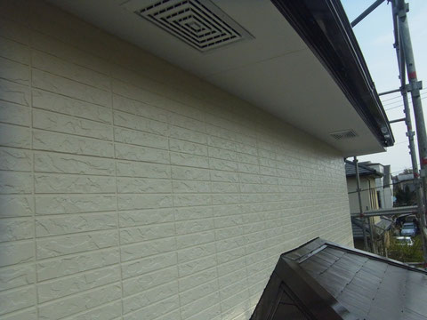 西側2階外壁塗装完成です。 外壁使用カラー:ライトクリーム光沢仕上げ。