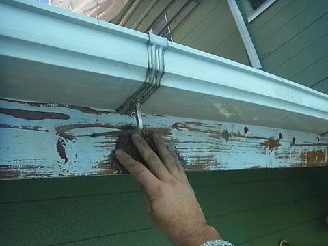 木部の下地処理。ケレンは重要な作業。これにより塗装の寿命が変わる。