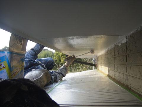 狭い場所ももちろん塗ります。軒天塗装中。