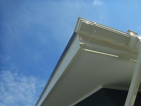 木部やトイ・軒天・鉄部等の塗装完成。太陽光に反射した樋が眩しかカッコよかですね^^
