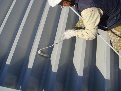鉄骨・金属折板屋根の中塗り